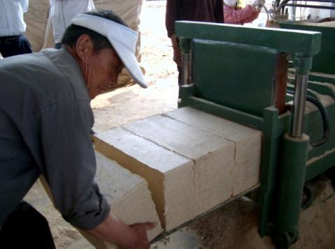 Make lightweight rice hull/geopolymer blocks with this hydraulic baling machine.